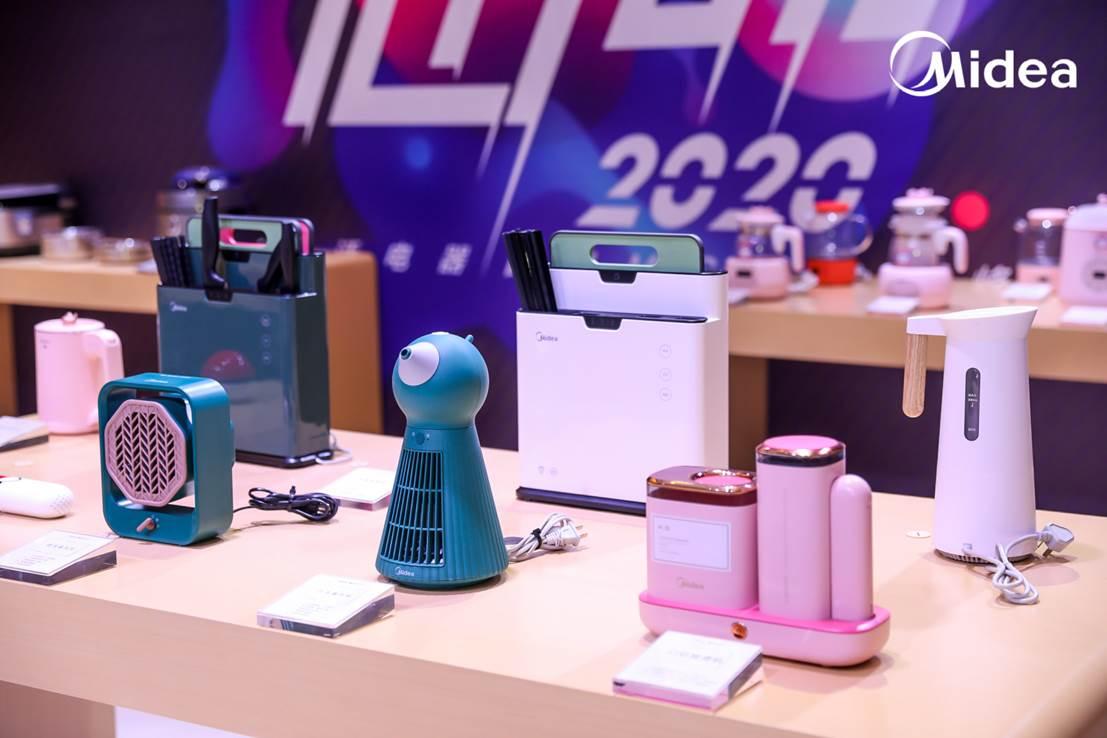 图片包含 桌子, 办公室, 游戏机, 电脑  描述已自动生成