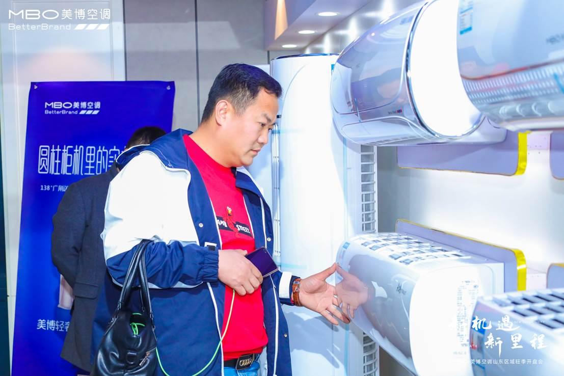 男人站在冰箱前  描述已自动生成