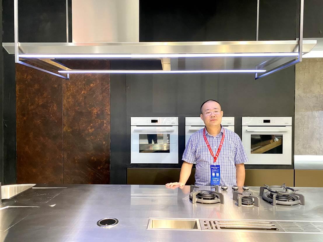 男人站在厨房里  低可信度描述已自动生成
