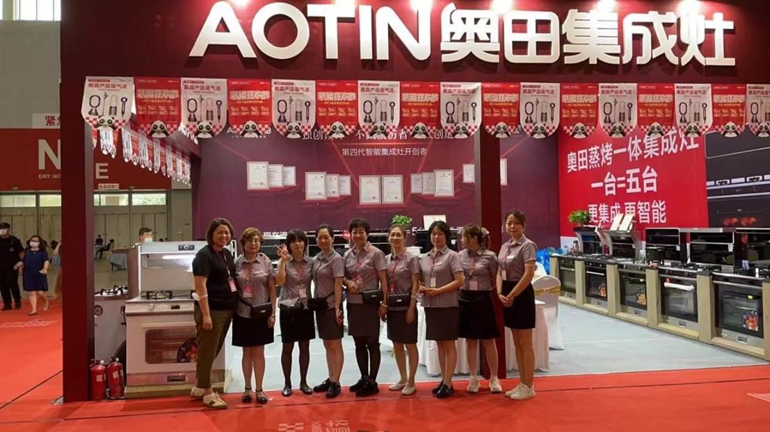 4、衣着统一的奥田团队,参加华夏家博会,训练有素。