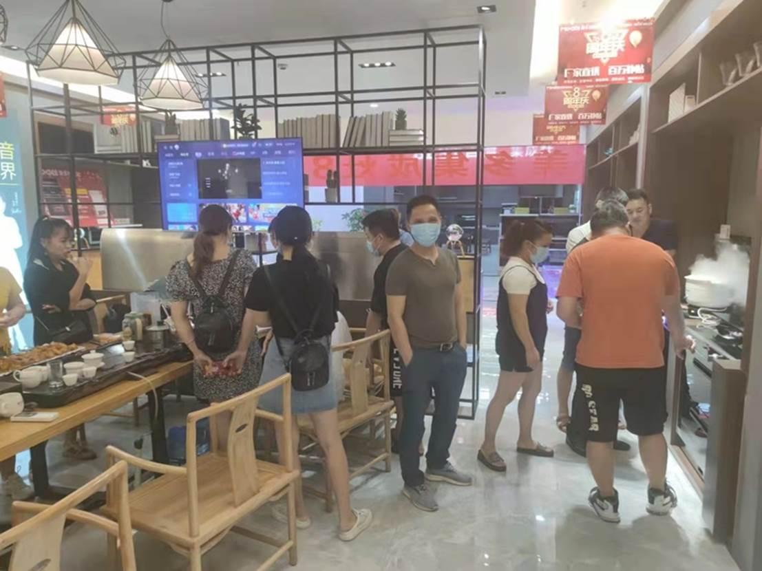 一群人站在柜台前  描述已自动生成